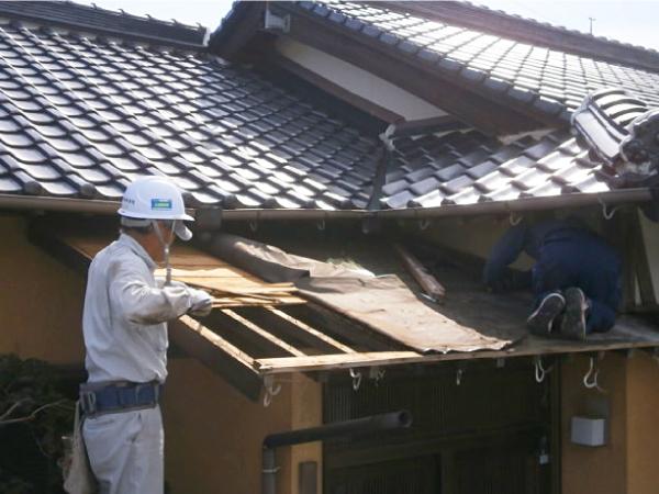 既存の屋根材、防水紙、下地、垂木を撤去