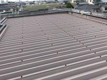 折半屋根の塗装工事のケレン作業の様子
