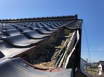 強風で飛散した袖瓦の現地調査の様子