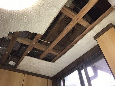 上にあるベランダからの雨漏れで、腐って落ちた天井