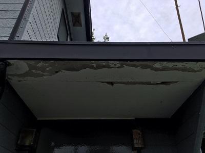 塗膜の剥がれてしまっている玄関ポーチ