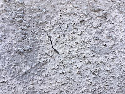 外壁がひび割れしている様子