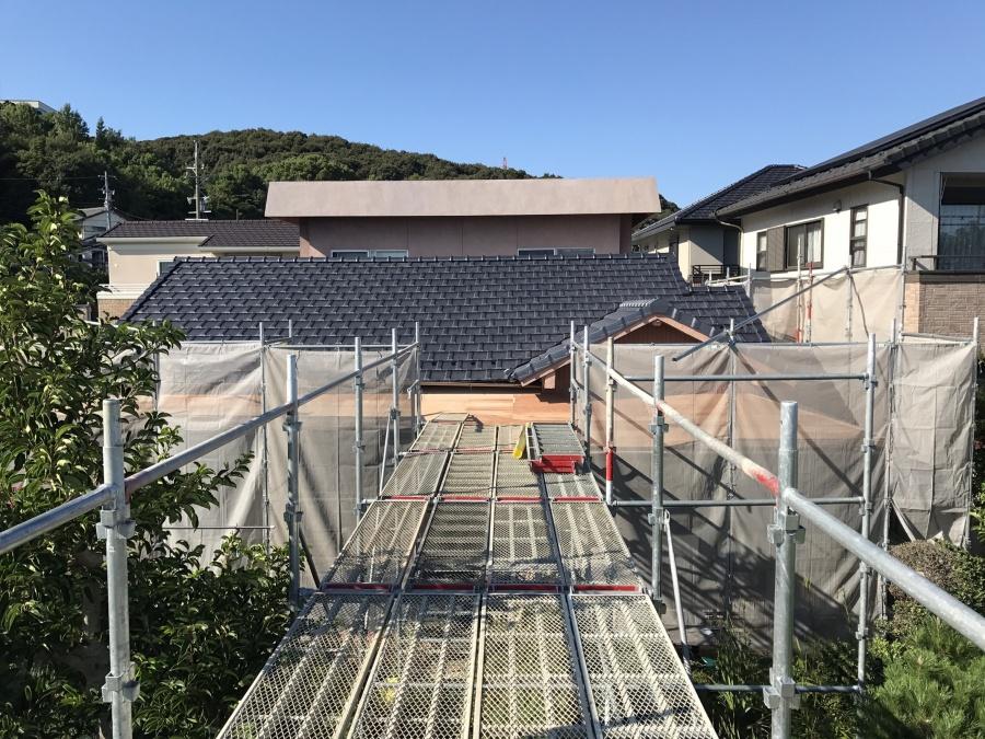 春日井市にて葺き替え工事施工中のお宅へ台風養生をする前の様子