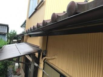 金具が外れて歪んだ雨樋の様子