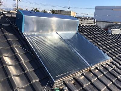 屋根の上にある温水器撤去の様子