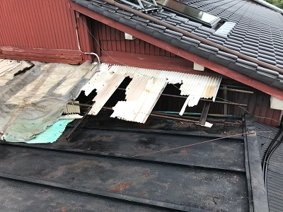 稲沢市で、強風によって破損してしまった波板の交換をしました。