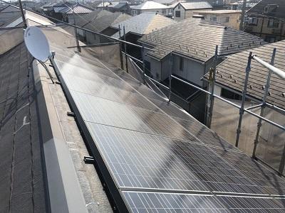 一宮市でソーラーパネルが設置された家に重ね葺きを施工しました