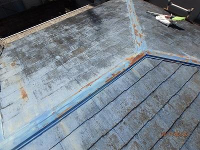台風によってめくれてくるほど劣化したスレート屋根と棟板金