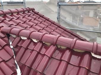 洋瓦屋根の棟瓦の取り直し工事の屋根の点検の様子