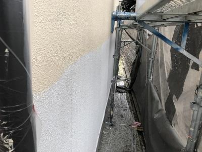 外壁下塗りの塗装の様子