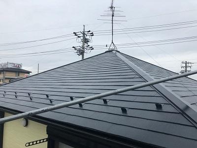 コロニアル瓦の屋根塗装完工の様子