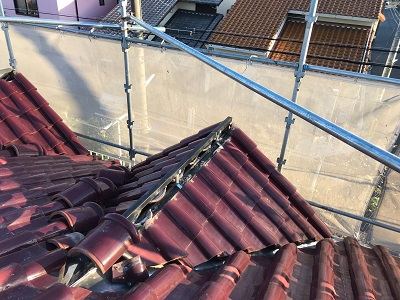 洋瓦屋根の棟瓦の取り直し工事の金具取付の様子