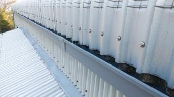 工場の大型雨樋の交換工事施工中の様子