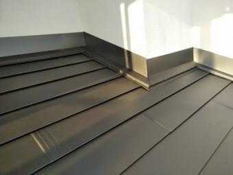 屋根の継ぎ目にも金属の屋根材を被せて完工した様子