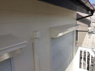 屋根のつなぎ目のシーリング工事の様子