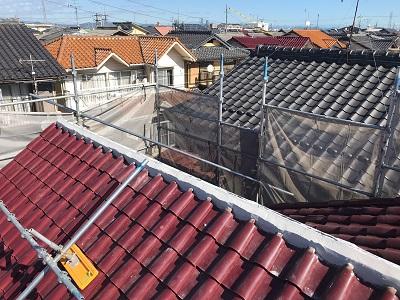洋瓦屋根の棟瓦の取り直し工事の漆喰の様子