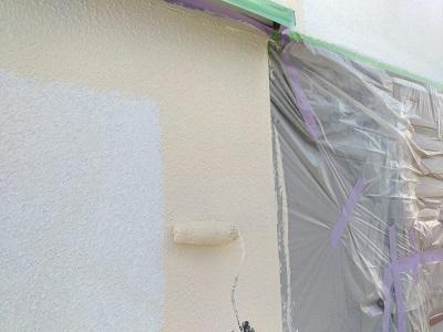 外壁塗装の塗料本材を塗っていく様子