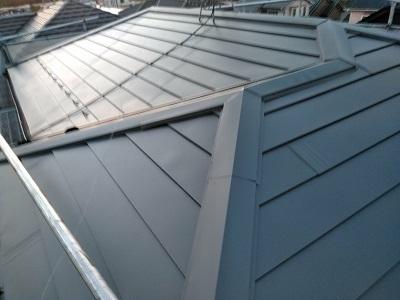 金属の屋根材を被せて完工した様子