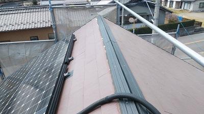 屋根の棟部の貫板交換工事施工中の様子