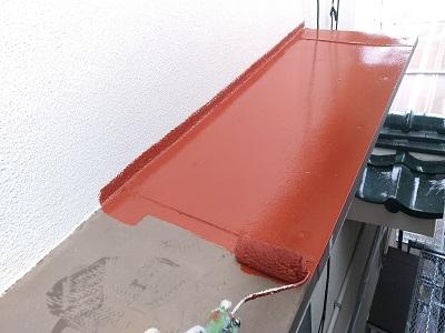 付帯物のケレン後、サビ止め材を塗る様子