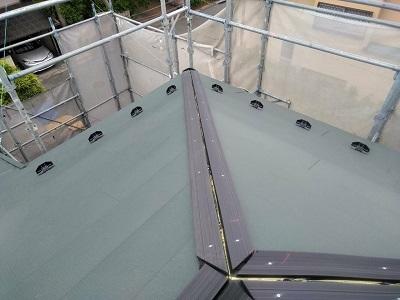 屋根の重ね葺き工事の樹脂貫板の様子