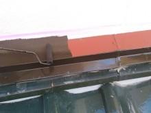サビ止め後に塗料本材を塗る様子