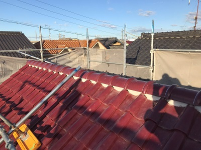 洋瓦屋根の棟瓦の取り直し工事の完工の様子