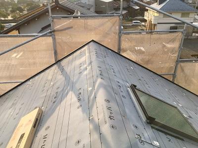 屋根修繕工事の防水シートの様子