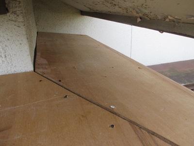 玄関ポーチの重ね葺き工事の下地の上に野地板を張った写真