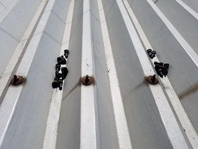 折板屋根を固定するビスが錆びてしまっている様子