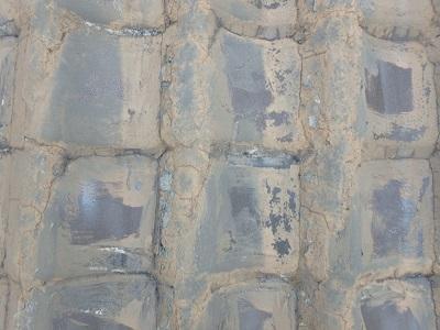 経年劣化によって表面に土が固まってしまった和瓦