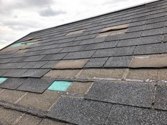 屋根材が飛散した屋根の様子