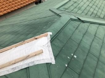 の台風の影響で屋根の棟の板金が飛んだ様子