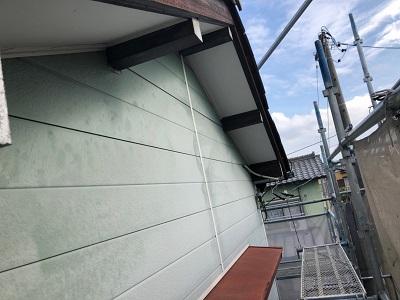 アルミサイディングの外壁の現地調査の様子