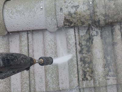 塗装工事の前準備の水洗い作業の様子