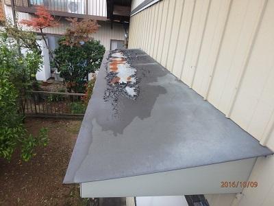 塗膜が剥がれ、錆が発生しているトタン屋根