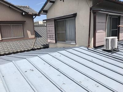 葺き替え工事をする前のトタン屋根