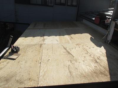 瓦棒屋根の上に野地板を新設した状態