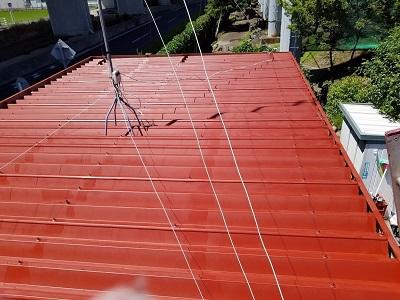 折板屋根に下塗り材の錆止めを塗りました