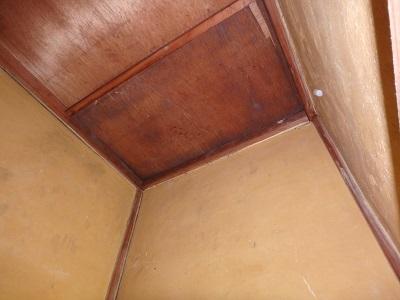 雨で湿っている天井