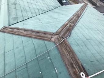 台風の影響で飛んでしまった棟を解体する様子