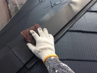 コロニアル瓦の屋根のケレン作業の様子