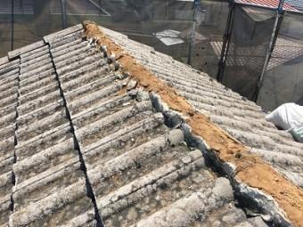 洋瓦屋根の棟瓦取り直し工事の様子
