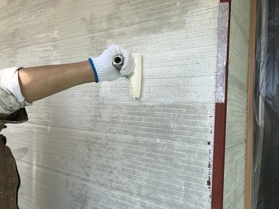 チョーキングが酷いお家の下塗りの様子