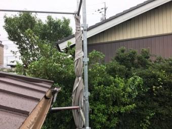 台風養生のため外した防塵シートを柱に巻きつけた状態