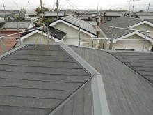 屋根のカバー工事を施工予定のお家の現地調査の様子