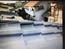 屋根の上にある温水器によって瓦のズレが起きた様子