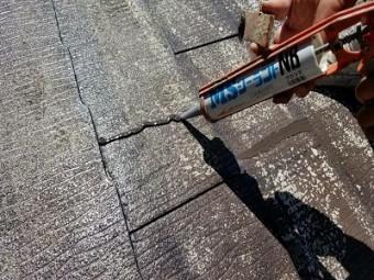 ひび割れたスレート屋根の塗装工事の塗装前準備の様子