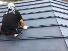 トタン屋根への塗装の下準備であるケレン作業
