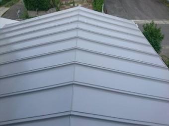トタン屋根塗装の中塗りが仕上がった様子
